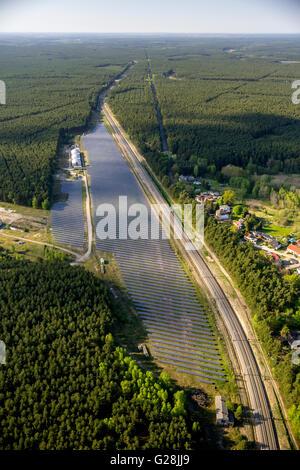 Vista aerea, pannelli solari sul sito dell'ex deposito merci Fuerstenberg, Fuerstenberg / Havel, Meclemburgo Lake Foto Stock
