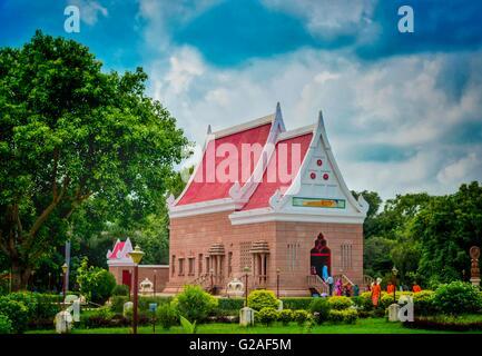 Sarnath tempio si trova nel nord dello stato indiano dell'Uttar Pradesh vicino a Varanasi gestire dal sacerdote Foto Stock