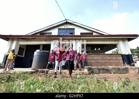 (160531) -- NAIROBI, 31 maggio 2016 (Xinhua) -- Foto scattata il 29 Maggio 2016 mostra i bambini che cantano canzoni Foto Stock