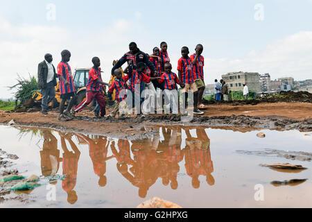(160531) -- NAIROBI, 31 maggio 2016 (Xinhua) -- Foto scattata il 26 maggio 2016 Mostra Dominic Senerwa (C) che portano Foto Stock