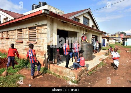 (160531) -- NAIROBI, 31 maggio 2016 (Xinhua) -- Foto scattata il 29 Maggio 2016 mostra dei bambini in attesa di Foto Stock