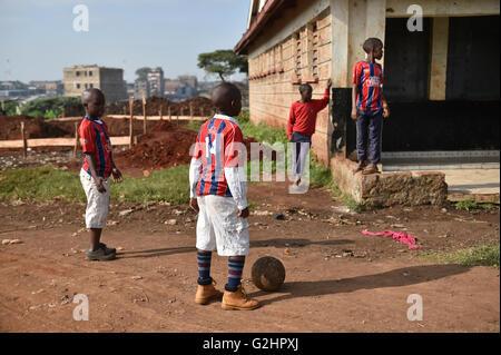 (160531) -- NAIROBI, 31 maggio 2016 (Xinhua) -- Foto scattata il 29 Maggio 2016 mostra i bambini a giocare a calcio Foto Stock
