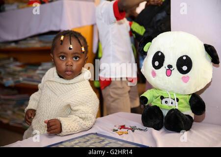 (160531) -- NAIROBI, Maggio 31, 2016 (Xinhua) -- una ragazza, il cui nome è Monica, sorge nei pressi di una Panda Foto Stock