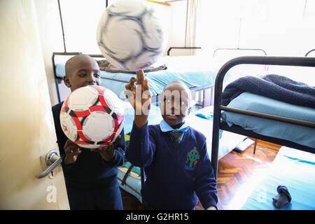 (160531) -- NAIROBI, Maggio 31, 2016 (Xinhua) -- ragazzi giocare con i loro palloni da calcio dato dall'ambasciata Foto Stock