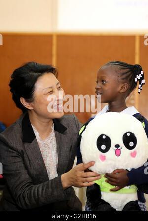 (160531) -- NAIROBI, Maggio 31, 2016 (Xinhua) -- Li Ping, moglie dell'ambasciatore cinese in Kenya, dà un panda Foto Stock
