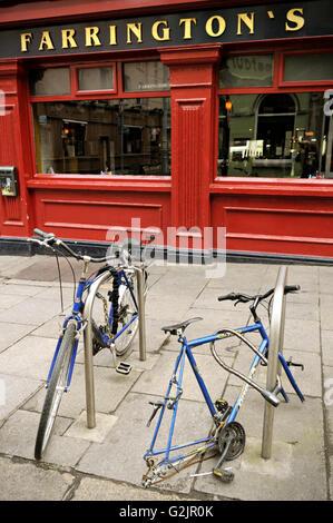 Due biciclette, uno con le ruote mancanti, parcheggiato di fronte Farrington's pub di Dublino, area di Temple Bar, Foto Stock