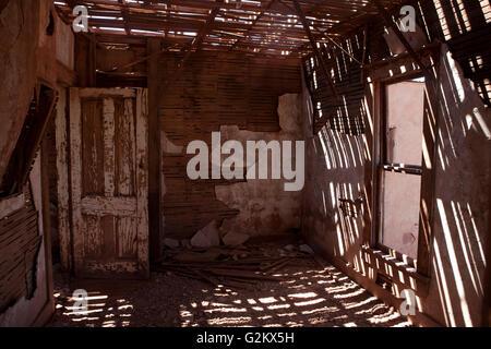 Gravemente danneggiata stanza in casa abbandonata Foto Stock