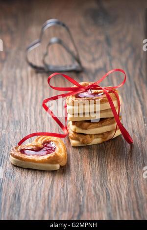 Jelly cookie su un tavolo rustico con cookie cutter. Utilizzarlo per una ricetta. Foto Stock