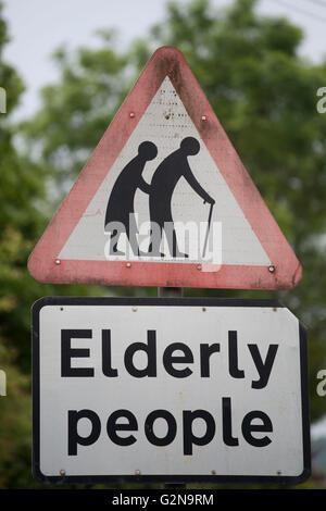 Gli anziani cartello segnaletico. Foto Stock