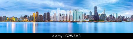 Midtown Manhattan panorama visto dal gantry Plaza del Parco Statale di fronte East River Foto Stock