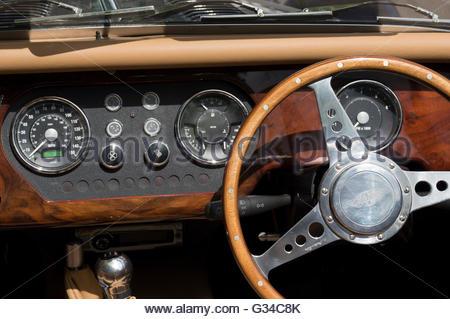 Close-up del cruscotto e sul volante di una Morgan Motor Company Limited Edition Roadster auto. Foto Stock