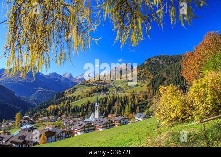 I colori autunnali telai il villaggio alpino circondato da boschi di Selva di Cadore Val Fiorentina Belluno Dolomiti Foto Stock