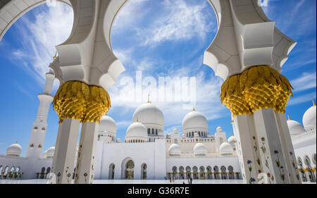 Una vista verso il cielo sopra il cortile in Sheikh Zayed Grande Moschea di Abu Dhabi. Foto Stock