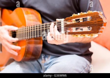 Ragazzo con chitarre acustiche delle prestazioni dei giocatori Foto Stock
