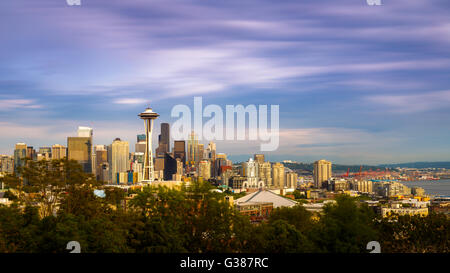 Lo Space Needle e sullo skyline di Seattle, Washington, Stati Uniti d'America Foto Stock