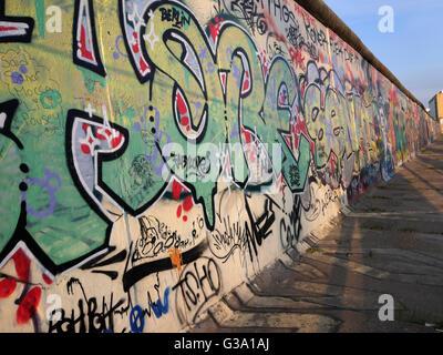 """Parte del 'East Side Gallery"""", il pezzo di muro di Berlino dipinto dopo la caduta del muro di Berlino, Berlino, Foto Stock"""