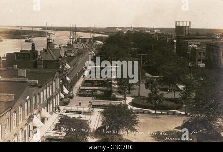 Bay Street Mall, guardando ad est dal Municipio di Savannah, Georgia, Stati Uniti d'America. Data: circa 1912 Foto Stock