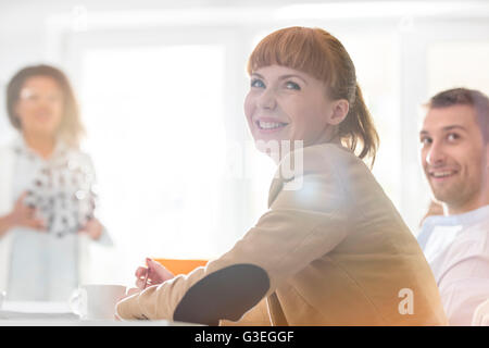 Imprenditrice sorridente in riunione Foto Stock