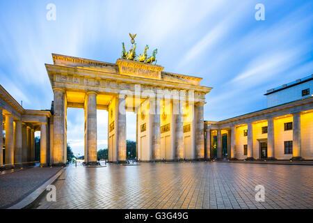 La notte presso la Porta di Brandeburgo a Berlino, Germania. Foto Stock