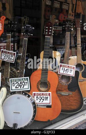Chitarre la visualizzazione nella finestra di uno strumento musicale negozio in Old Montreal. Québec Canada Foto Stock