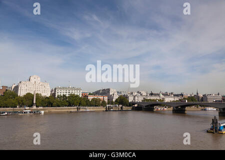 Shell Mex House e Waterloo Bridge panorama sul Tamigi, London, England, Regno Unito, Europa Foto Stock