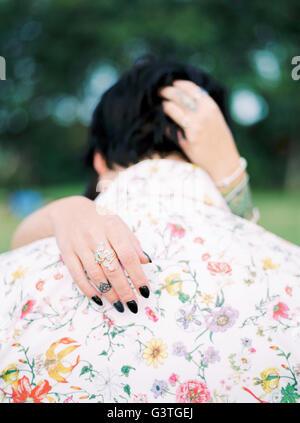 La Svezia, la sposa e lo sposo in camicia con motivo floreale al matrimonio hippie Foto Stock