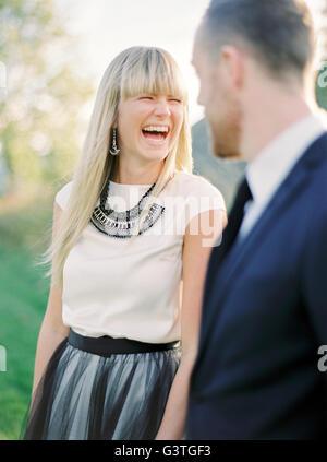 La Svezia, Ritratto di ridere la sposa e lo sposo Foto Stock