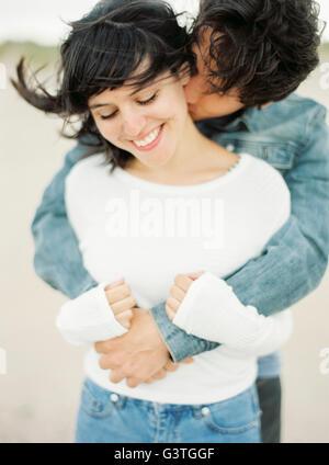 Spagna, Valencia, uomo abbracciando e baciando la fidanzata Foto Stock