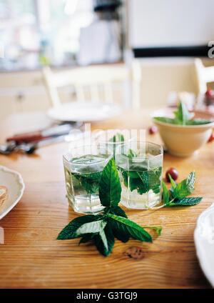 La Svezia, tè alla menta e lascia sul tavolo di legno Foto Stock