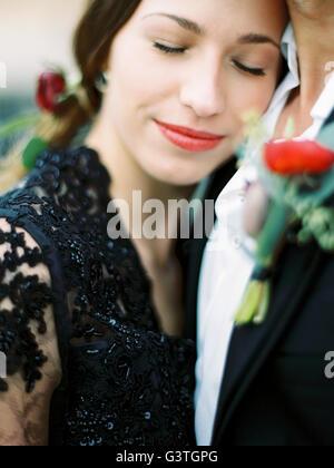 La Svezia, Halland, Varberg, giovani formalmente vestiti giovane costeggiata Foto Stock