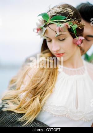 La Svezia, Halland, Varberg, la sposa e lo sposo avvolgente Foto Stock