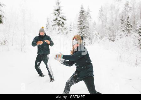 Finlandia, Jyvaskyla, Saakoski giovane coppia avente lotta con le palle di neve Foto Stock