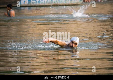 Nuoto uomo nel Gange Foto Stock