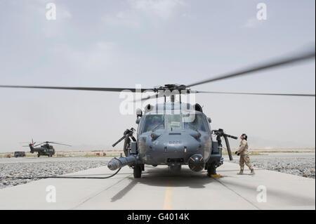 Un HH-60 Pave Hawk atterra dopo un volo di prova prontezza di missione a Kandahar Air Field, Afghanistan. Foto Stock