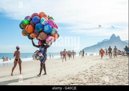 RIO DE JANEIRO - Gennaio 20, 2013: Spiaggia venditore a vendere pittoresca spiaggia di sfere porta la sua merce lungo la spiaggia di Ipanema.