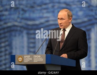 San Pietroburgo, Russia. 17 Giugno, 2016. Il presidente russo Vladimir Putin parla durante il ventesimo San Pietroburgo Foto Stock