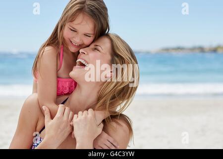Modello rilasciato. Madre figlia portante sulla sua schiena. Foto Stock