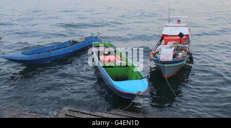 Piccole imbarcazioni di servizio a Sabah, Malesia Foto Stock