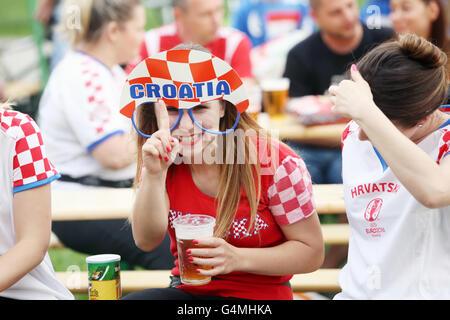 ... di Ban Jelacic Square in Z  Il croato tifosi guardare EURO 2016 match  Repubblica Ceca vs Croazia a Zagabria in Croazia. 481e07648de
