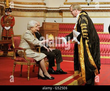La regina Elisabetta II, accompagnata dal duca di Edimburgo, riceve una copia del fedele discorso del sindaco di Londra Alderman David Wotton, nel corso di una presentazione di fedeli discorsi da parte degli organismi privilegiati; Ad una cerimonia per celebrare il Giubileo del diamante di sua maestà a Buckingham Palace nel centro di Londra.