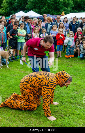 Un uomo vestito in un costume di Tiger prende parte ad un dog show, Kingston Village Fete, Lewes, Sussex, Regno Foto Stock