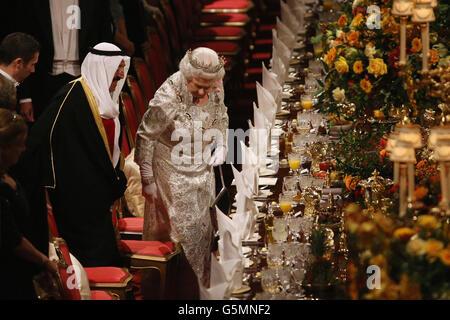 La Regina Elisabetta II si siede a un banchetto di Stato per sua altezza l'Amir Sheikh Sabah al-Ahmad al-Jaber al-Sabah del Kuwait (a sinistra) nel Castello di Windsor il primo giorno della sua visita di Stato nel Regno Unito.
