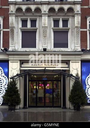 Vista generale del grande magazzino Harvey Nichols a Knightsbridge di Londra, martedì 25 dicembre 2001, dopo che i raiders sono entrati nel negozio nelle prime ore del mattino e hanno legato una guardia di sicurezza. L'età di 30 anni non è stato ferito nell'incidente che Scotland Yard ritiene sia stato effettuato da tre persone, probabilmente armate. Foto Stock