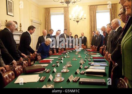 La regina Elisabetta II prende il suo posto mentre frequenta la riunione settimanale del gabinetto a 10 Downing Street nel centro di Londra.