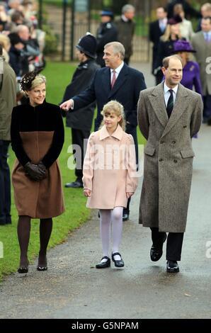 Il conte e Sophie la contessa di Wessex con la loro figlia Lady Louise frequentano la chiesa di Santa Maria Maddalena, nella tenuta reale di Sandringham, Norfolk, per il tradizionale servizio della chiesa del giorno di Natale. Foto Stock