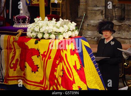 La Regina Elisabetta II si trova durante il servizio funebre della Regina Elisabetta la Regina Madre all'Abbazia di Westminster. Dopo il servizio, la bara della Regina Madre sarà portata alla Cappella di San Giorgio a Windsor, dove sarà deposta per riposare accanto al marito, Re Giorgio VI.
