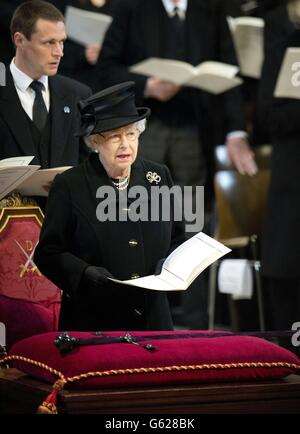 La Regina durante il servizio funebre della Baronessa Thatcher, presso la Cattedrale di St Paul, nel centro di Londra.