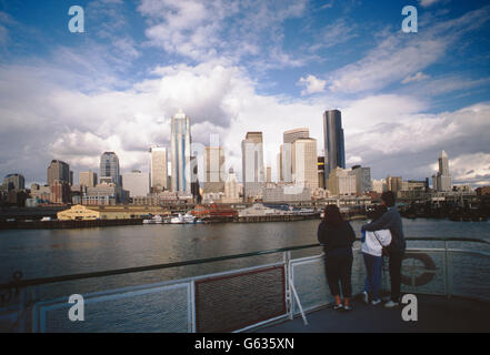 I viaggiatori vista sullo skyline di Seattle dal traghetto sul Puget Sound; Seattle; Washington, Stati Uniti d'America Foto Stock