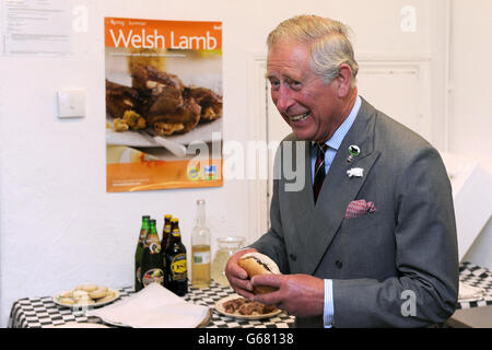 Il Prince of Wales assaggerà un hamburger di manzo preparato con manzo nero gallese di allevamento locale durante una visita al CIG Mynydd Cymru Farmers' Co-operative Shop, Treharris.
