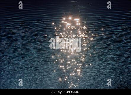 Vista aerea del sole riflesso increspature dell'acqua in un lago Foto Stock